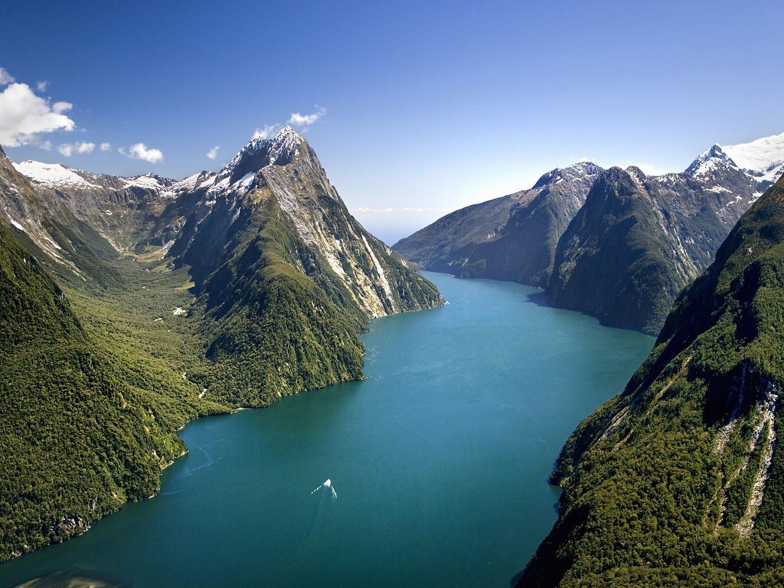 Milford sound peaks and lake